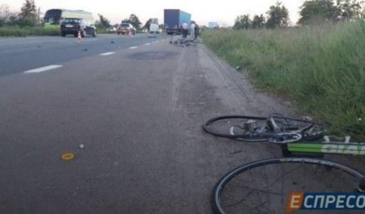 Под Киевом фургон сбил группу велосипедистов